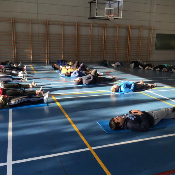 Grupo de segundo de la ESO del IES Tavernes Blanques en una sesión de yoga-mindfulness.